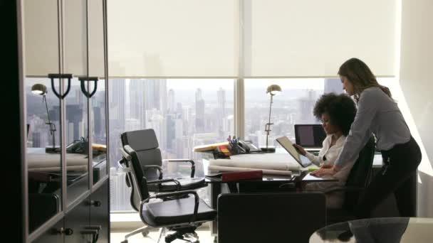Kolegyně architekt pomocí počítače Tablet Pc v kanceláři