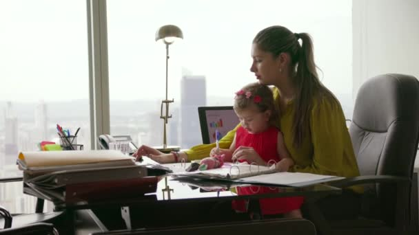 2 matka s dítětem podnikatel pomocí Tablet v úřadu