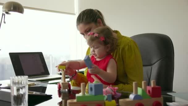 5 žena v kariéře s malým dítětem v úřadu