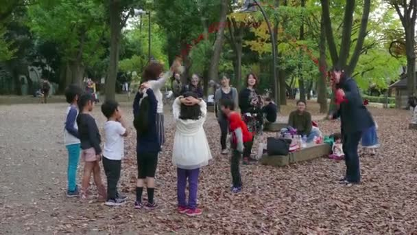 Děti děti přátel rodinné zábavné japonské lidí hraje v parku