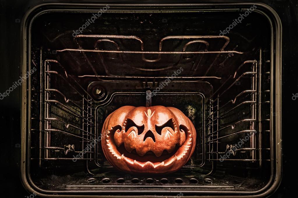 Tête de dragon drôle Halloween citrouille ressemblant à un chinois, rôti — Photographie ...