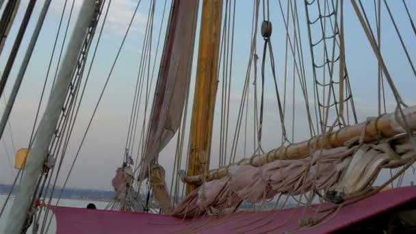 provazy a válcované velké oblečení na plachtu stěžeň lodi gh4