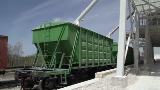 Zelená nákladní automobily načítání produktů