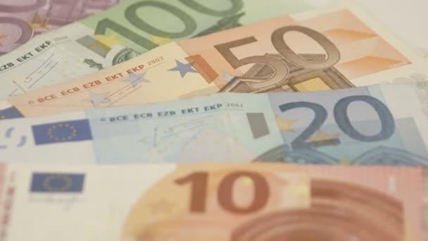 Pět Euro bankovky na stůl