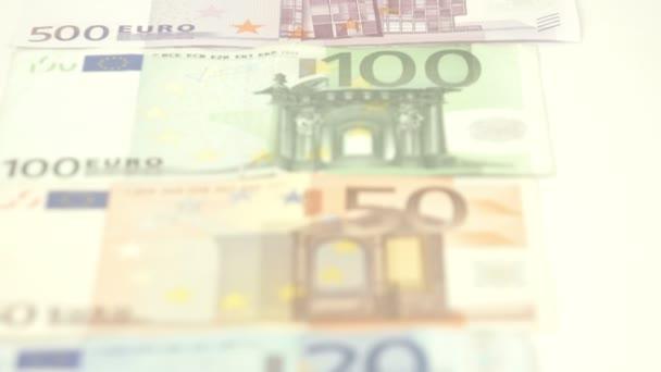 Pět Euro bankovky je postavili na stůl