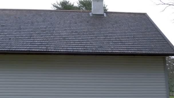 Nově postavený dům s šindelovou střechou