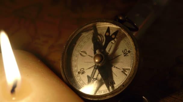 Compas zapálené svíce