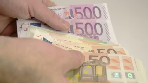 Mans ruku počítá Euro peníze