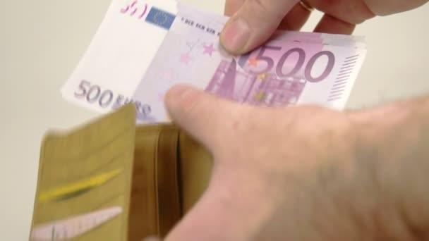 Člověk získá 500 Euro bankovky
