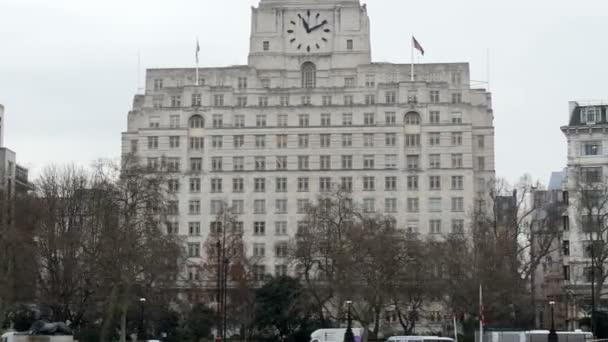 Obrovská bílá budova