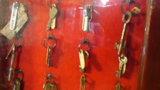Klíč držáky na sklenice uvnitř válečná loď
