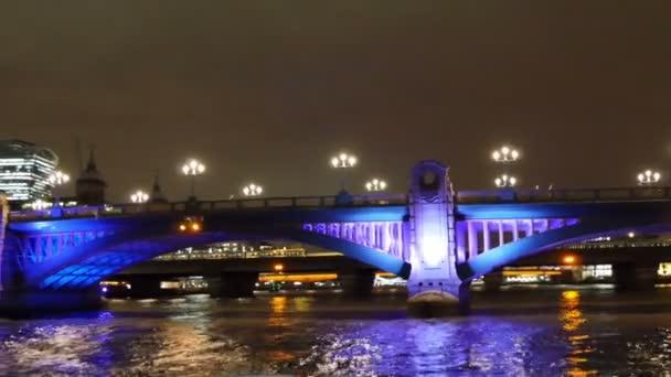 klid a čas most v Londýně v noci
