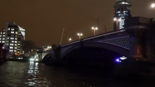 Křižování a pod mostem