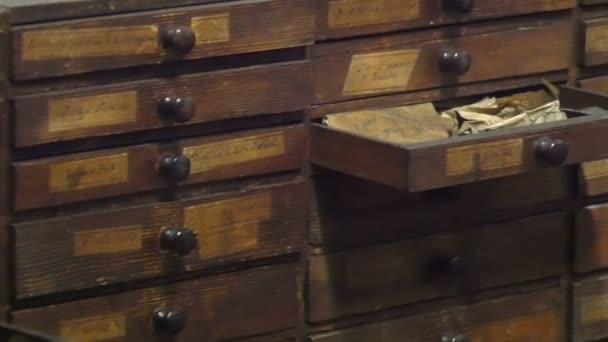 Mobile in legno con documenti