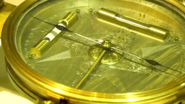 régi iránytű arannyal bevont anyagok