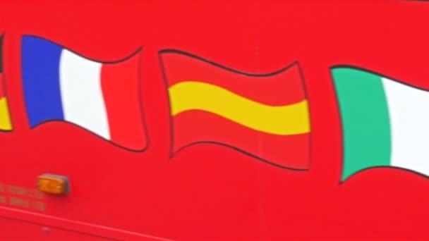 vlajky na červený autobus