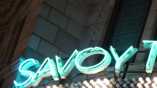 Jasné značení divadla Savoy