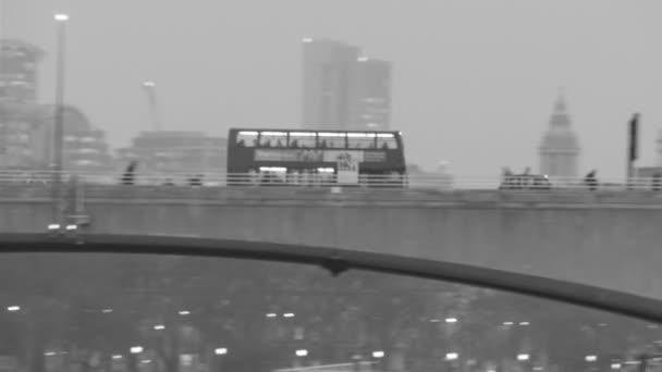 červený autobus rychle na mostě