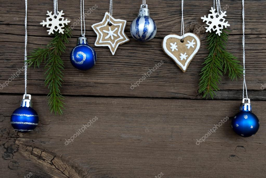 bolas de navidad y adornos navideos colgantes u imagen de archivo