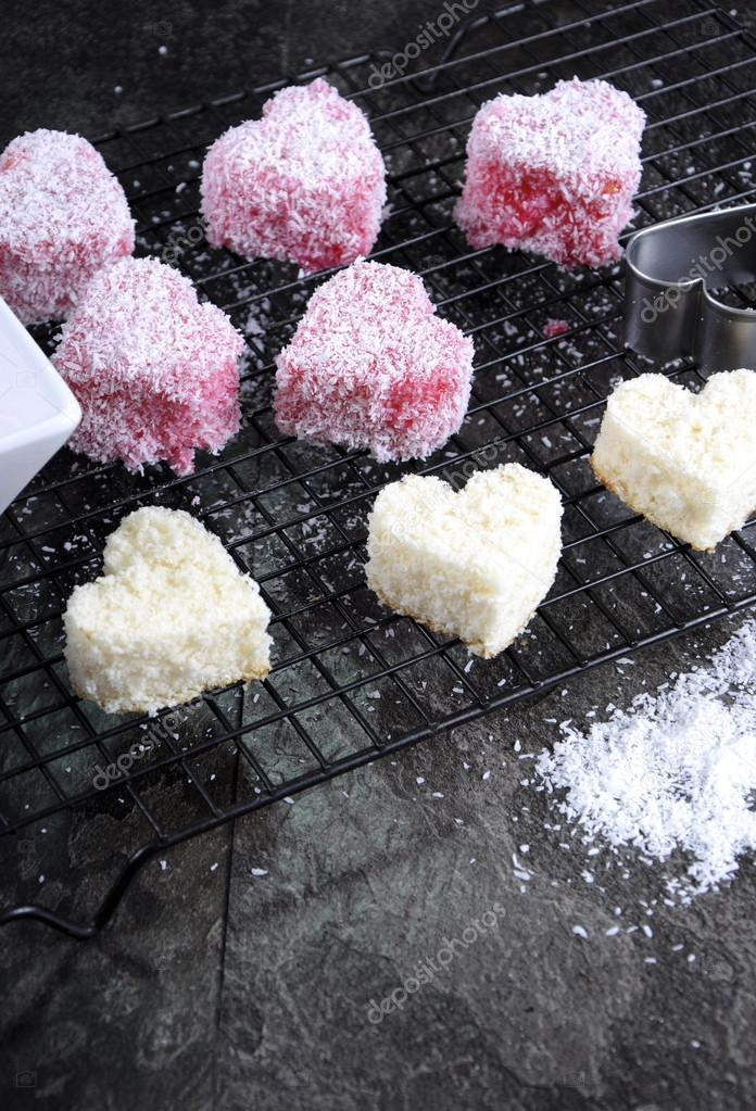 Rosa Herz-Form-kleine Lamington-Kuchen — Stockfoto © amarosy #53641727