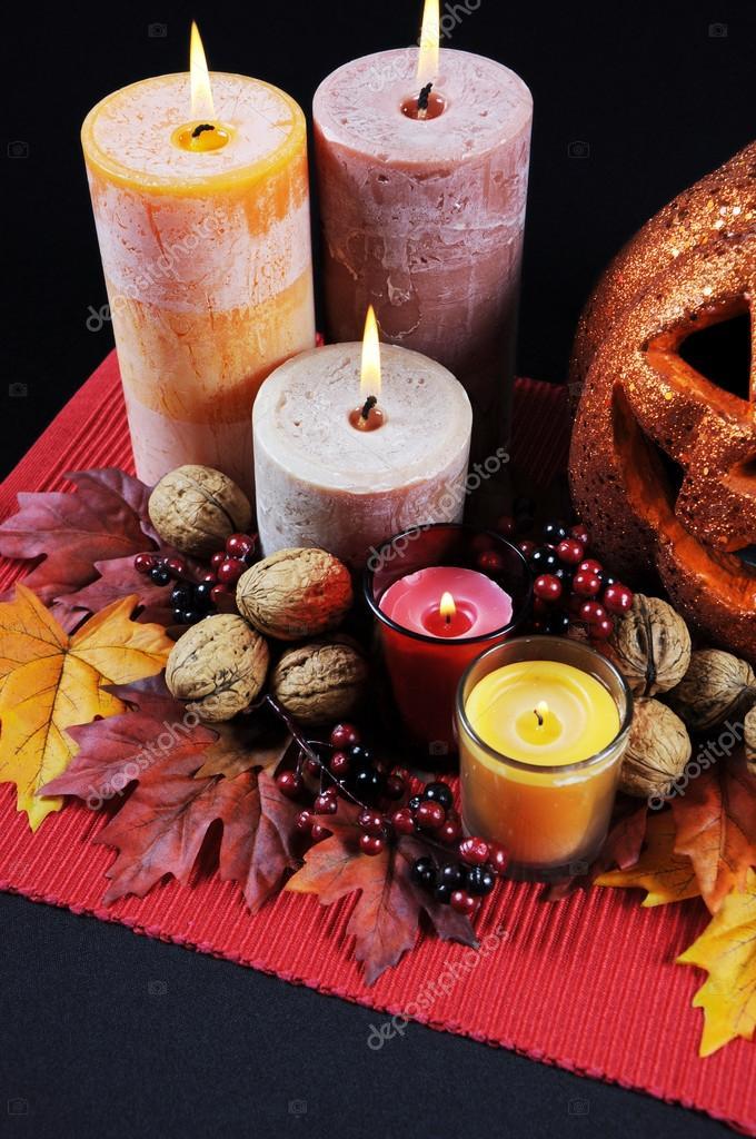 Happy Halloween Party Tisch Herzstück Mit Orange Glitter Jack O Lantern  Kürbis Mit Brennende Kerzen Fallen Herbst Blätter, Nüsse Und Beeren Auf  Schwarze ...