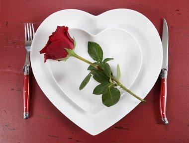 Sevgililer kırmızı gül Whie kalpler tablo yer ayarı