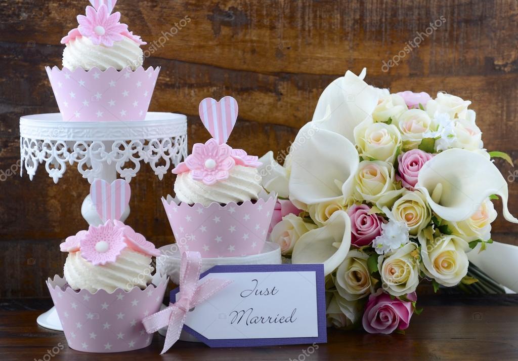 Matrimonio Shabby Chic Outfit : Matrimonio giorno stile shabby chic rosa cupcakes u foto