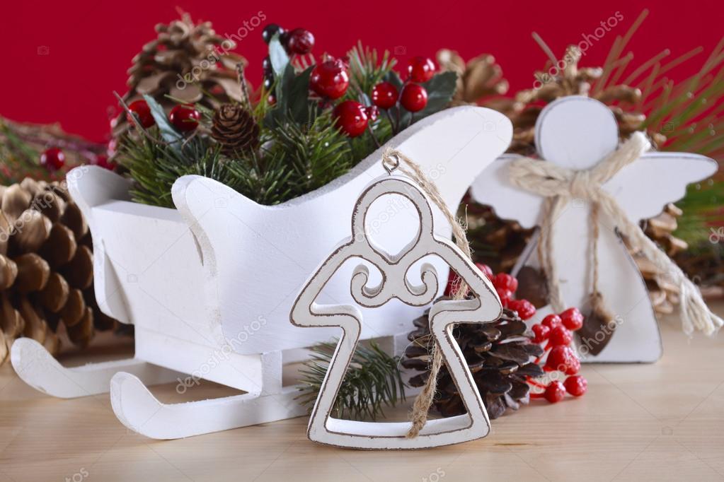 adornos de navidad madera naturales incluyendo ngeles y trineo con conos de pino sobre un fondo rojo y natural madera u foto de amarosy