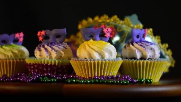 Mardi Gras Cupcakes lila maszk élén a tömítő asztal.