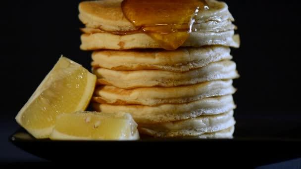 Masopustní úterý snídaně s medem, nalil přes vysoký hromadu palačinek s citronem řezy na straně, zblízka