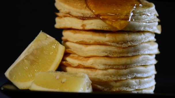 Masopustní úterý snídaně s medu sirup nalitím na straně vysoké hromadu palačinek, Lupa