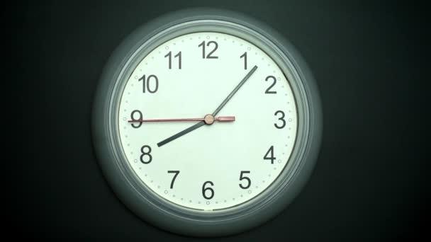 Zpomalení hodiny izolované na černém pozadí, Showtime 08.07 am nebo pm, Red second hand minute Walk, Time concept.