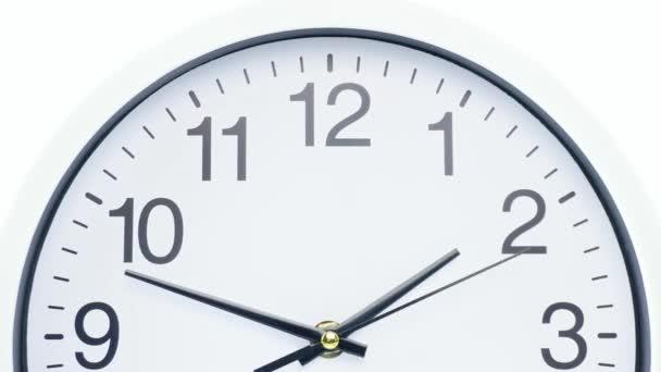 Nástěnné hodiny na bílém pozadí Startime 01.45 am, Time lapse 30 minutes.