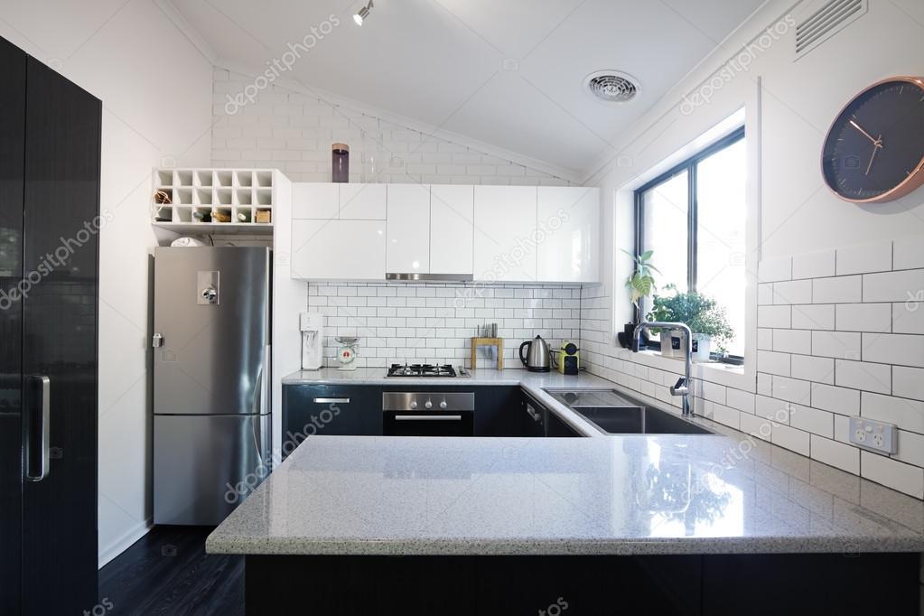 Nieuwe zwart wit hedendaagse keuken met metro tegels u stockfoto