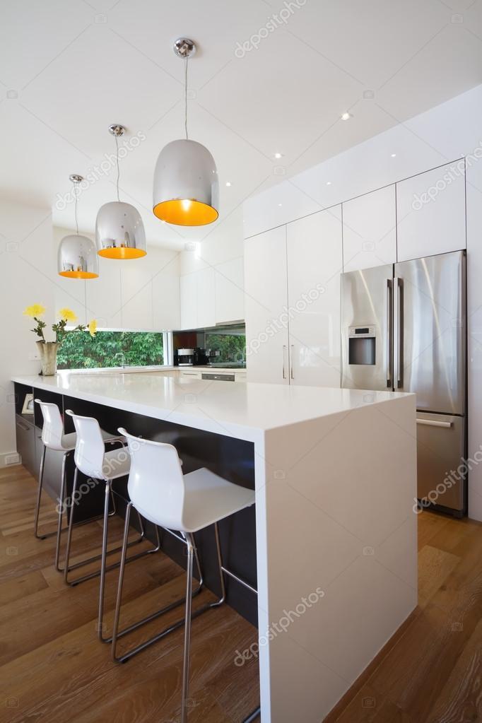 Ristrutturazione cucina australiana moderna con panca isola cascata ...