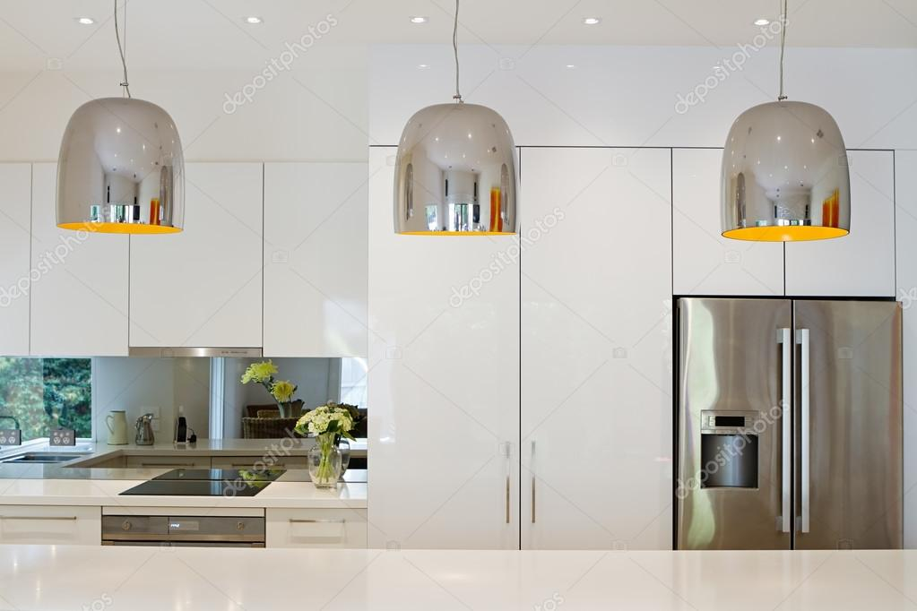 pendant lights hanging over kitchen island bench u foto de