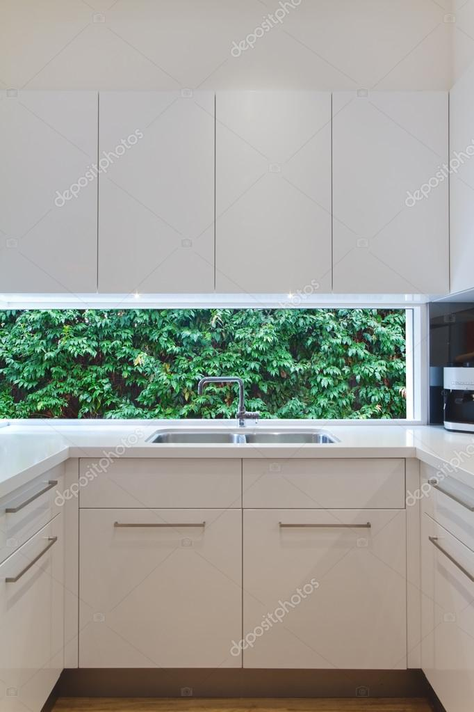 residential contemporary kitchen sink with low window ? foto stock ... - Cucina Moderna Con Finestra Sul Lavello