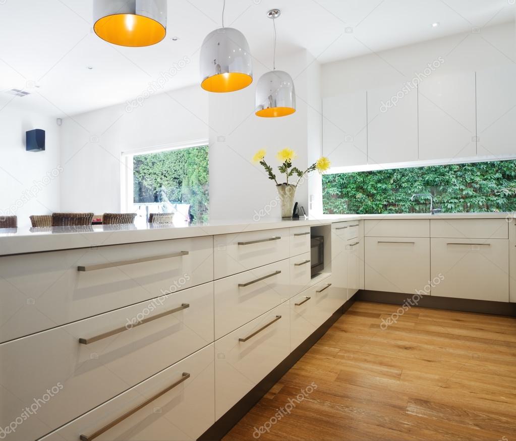 Cajones de gabinetes en una nueva renovación de cocina blanco ...