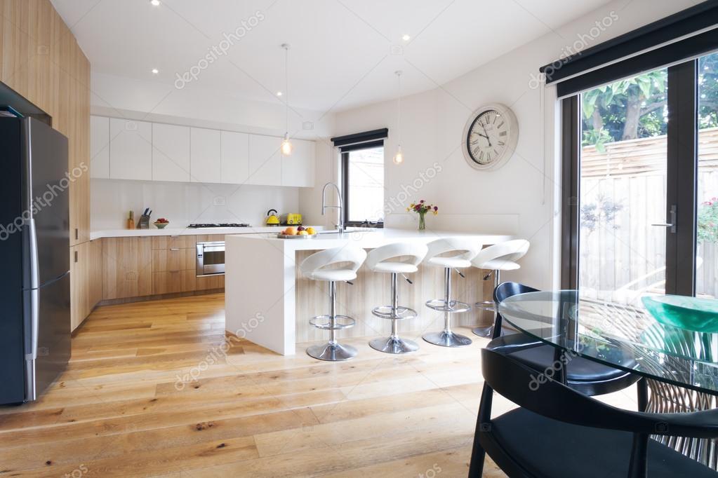 Cucina moderna con panca isola — Foto Stock © jodiejohnson #90749324