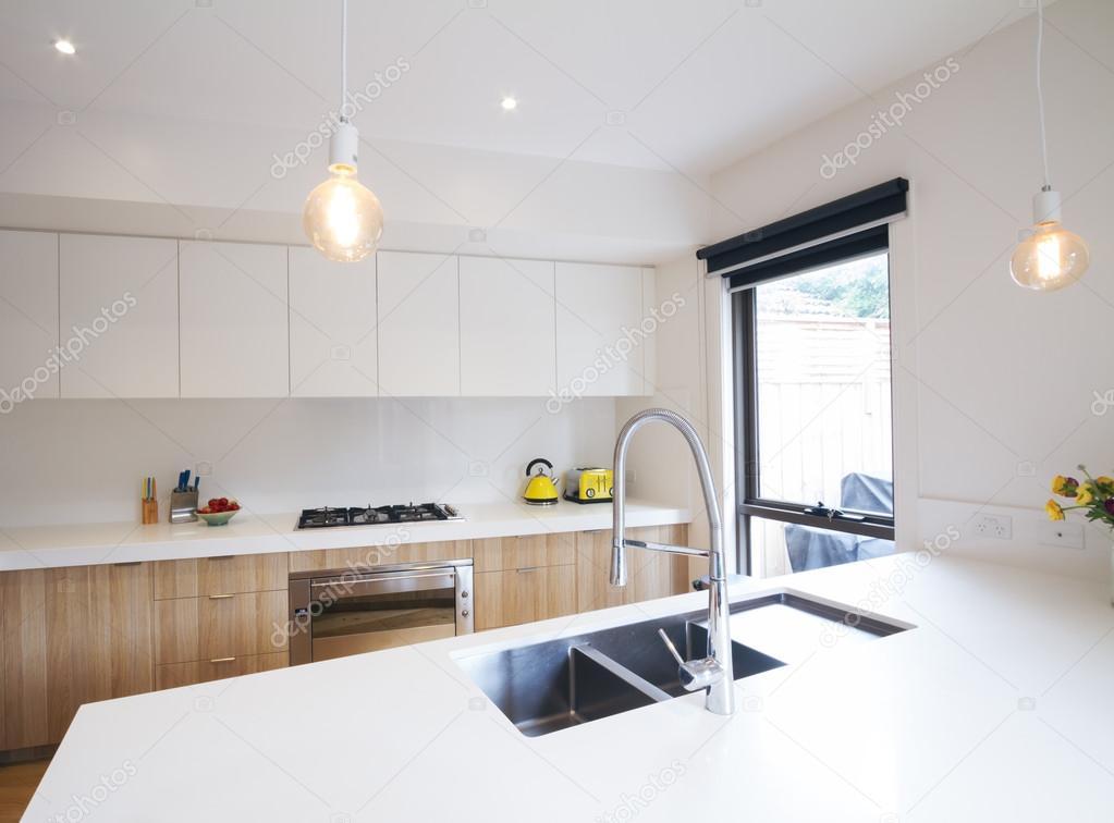 Cucina moderna con illuminazione a sospensione e lavandino incassato foto stock jodiejohnson - Illuminazione cucina moderna ...