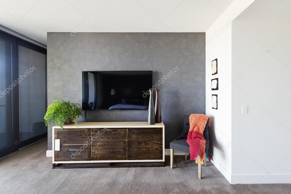 Tv montata a parete e a buffet in camera da letto padronale — Foto ...