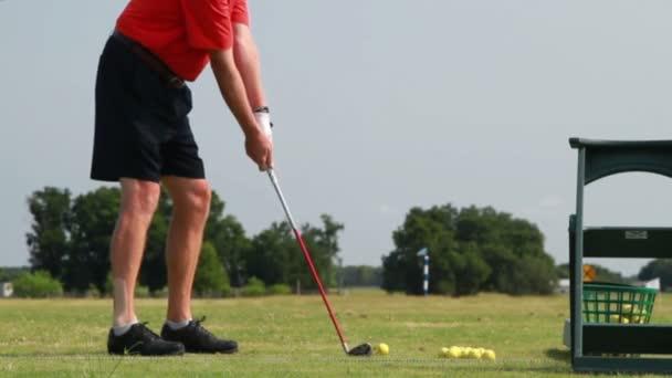 golfista cvičí jeho swing