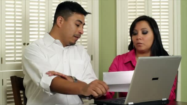 Latino pár jít nad účty