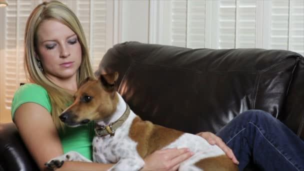 Bella ragazza sul divano con il suo cane video stock kk5hy 100270802 - Educare il cane a non salire sul divano ...