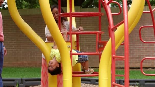 Klettergerüst Natur : Süße kleine junge spielt auf einem klettergerüst u stockvideo