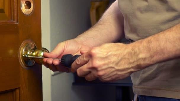 como quitar pomo de puerta