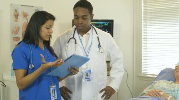 Arzt und Krankenschwester gehen über Patienten-Diagramm