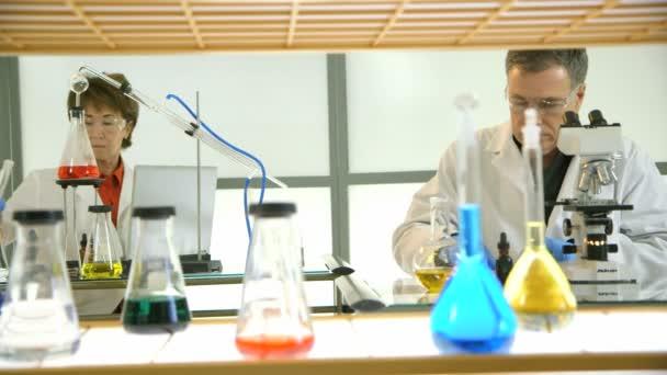 Vědeckovýzkumní pracovníci pracují