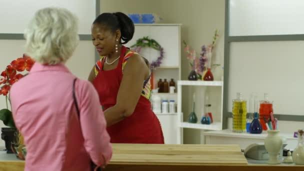 majitel malé firmy žena poskytuje dobré služby zákazníkům