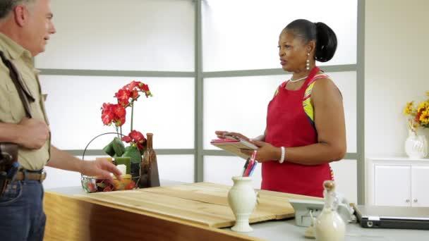 majitel firmy žena hovoří k tavná o ptoblem